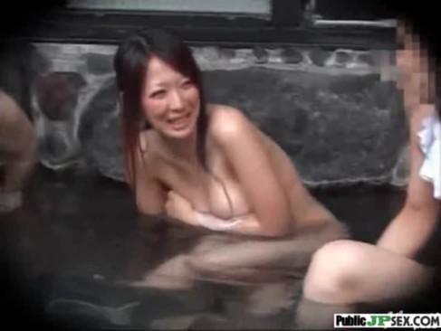 混浴の男湯に入りそのまま乱こうパーティーする洋物無料動画